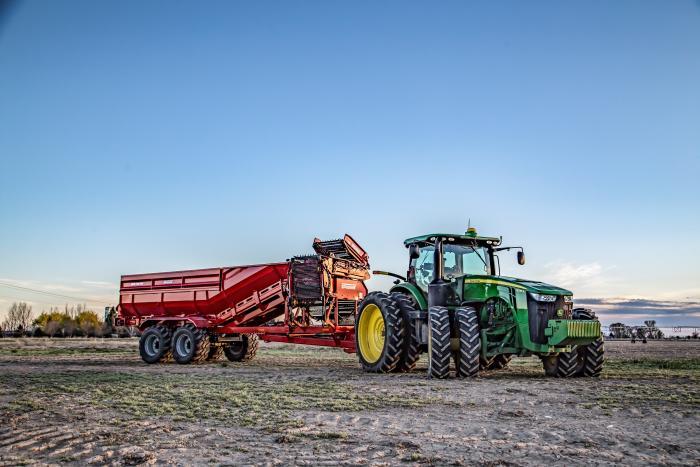 Crop Cart z ładownością 20 ton i kierowaną osią tandemową.
