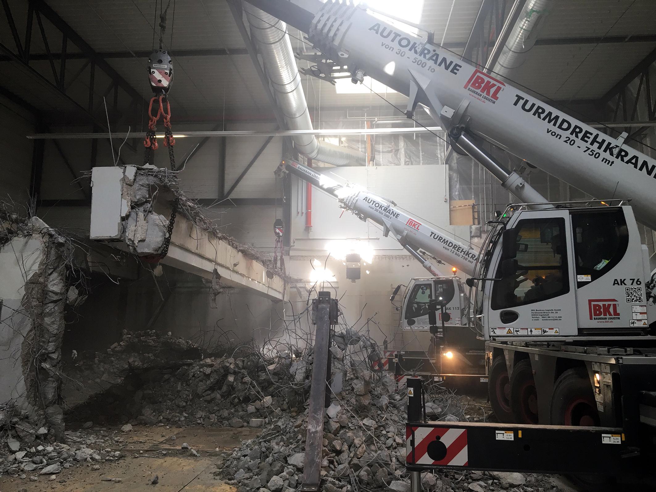 Die zwei Autokrane von BKL haben den 22 Tonnen schweren Binder im Tandemhub am Haken. Der LTC 1045-3.1 (vorne im Bild) und der LTC 1050-3.1 heben jeweils 11 Tonnen. Bildquelle: BKL Baukran Logistik GmbH