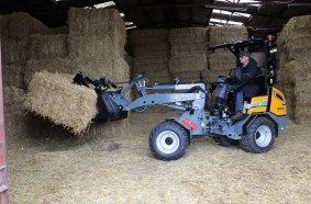 Stark und wendig: Der GIANT G2200 E X-TRA holt neues Stroh für die Pferdeboxen.