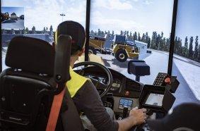 Ein Schulungsteilnehmer testet sein Können am Komatsu Fahrsimulator unter realistischen Einsatzbedingungen.