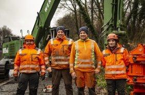 Marco und Torsten Weng (2. und 3. von links) sind seit rund 10 Jahren in der Baumfällung aktiv. Unterstützt werden sie in diesem Einsatz durch die Mitarbeiter Stanislav Sawada (rechts) und Grzegorz Jacek (links)