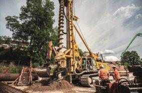 Als Baugrubenumschließung stellt die BAUER Spezialtiefbau GmbH eine überschnittene Pfahlwand bis in ca. 24 m Tiefe her.