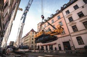 Per Autokran musste die BG 20 H in den Hinterhof eingehoben werden. © BAUER Group