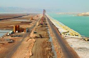 In nur 16 Monaten stellte BAUER International FZE für die Sanierung eines Deichs  am Toten Meer rund 112.000 m2 Dichtwand auf einer Länge von 4,2 km her. © BAUER Group