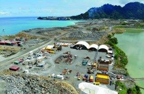 Auf der geothermisch aktiven Insel Lihir in Papua-Neuguinea stellte BAUER Engineering PNG Ltd. zwei Test-Dichtwandelemente bis in eine Tiefe von 55 m unter Geländeoberkante her.