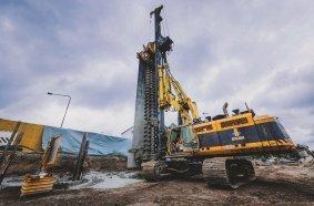 Für die Herstellung der Mixed-in-Place-Verbauwand mit einlagiger Rückverankerung wird  eine RTG RG 25 S eingesetzt.