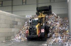 Der Komatsu WA380-8 ist zum Aufladen und Umladen von Recyclingmaterial bis zu neun Stunden täglich im Einsatz.