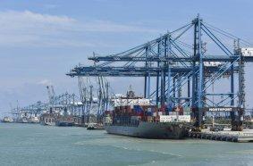 In Malaysia ist Gebrüder Weiss mit 51 Mitarbeiter*innen an drei Standorten präsent. Hier: Port Klang. (Quelle: Schutterstock)