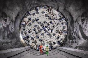 Im Frühjahr 2019 starteten die Vortriebe in den südlichen Hauptröhren des Brenner Basistunnels.  Im März 2021 fuhr eine Herrenknecht- Doppelschild-TBM den Rekordwert auf der  Baustelle Mauls 2-3 von 860 Meter Tunnel auf.