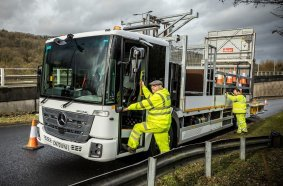 Mercedes-Benz Econic als Warnfahrzeug vor Baustelle