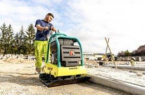 Die Rüttelplatte APR 40/60 von Ammann ist der kräftige Alleskönner im Wegebau