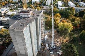 Der 300-Tonner von BKL Hildesheim hebt  den bereits am Boden vormontierten Ausleger des 202 EC-B.