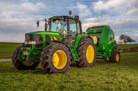Insgesamt sieben John Deere Traktoren fahren bei Kappeler auf Bridgestone Premiumreifen
