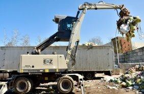 Dank hochfahrbarer Kabine hat der Baggerführer optimale Sicht beim Beladen von Containern oder Sattelzügen