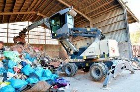 Stabilität, große Reichweite und geschützter Arbeitsplatz machen den Fuchs MHL310F zum beliebten Allrounder am Hof