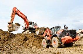 Effizientes Zusammenspiel: Der neue Radlader Hitachi ZW370-6 und der Kettenbagger Hitachi ZX490LCH auf der Halde des Natursteinbruchs bei Volkach