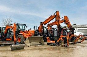 In Reih' und Glied: Der Familienbetrieb Fahn Bau verfügt über eine breite Range an Hitachi-Maschinen von Kiesel.