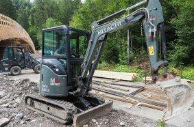 Der Hitachi Minibagger 26U und der kompakte Giant sind ideal für beengte Baustellen.