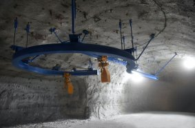 Unter der Kranbahn entsteht die neue Bunkeranlage mithilfe der KITO ER2 Elektrokettenzüge.