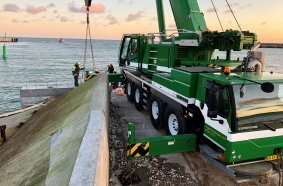 Der LTM 1100-4.2 musste ein 7 Tonnen schweres Betonelement außerhalb des Piers absetzen.