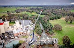 Der LTM 1450-8.1 von Advanced Cranes demontierte das 60 Jahre alte Maffra Wehr am Macalister River in Victoria.