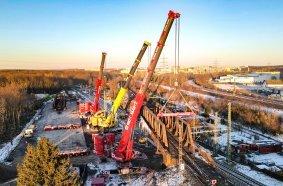 Brücke Nummer 2: Rigas LTM 1450-8.1 im Tandem mit Eiseles LTM 1500.8.1 demontieren  das gleiche Gewicht bei etwas geringerer Ausladung.