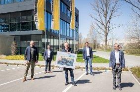 Am Tag der symbolischen Übergabe, v.l.n.r.: Christoph Rieß (Hüffermann), Alexander Beck (Liebherr in Biberach), Daniel Janssen (Hüffermann), Stefan Westermann (Liebherr in Dortmund), Rupert Wieser (Liebherr in Biberach).