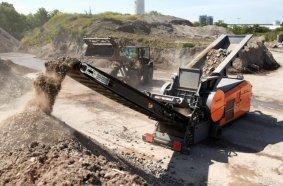 Die Maschine eignet sich für Einsätze bei permanent wechselndem Material, sei es Gewerbeabfall, Baumischabfall, Matratzen, Bioabfall oder Altholz.