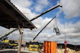 """Bei der Prüfung auf dem Ast Campus M """"Home of Safety."""" steht auch die Handhabung eines Lkw-Ladekrans (rechts) auf dem Programm. Fotos: AST GmbH"""