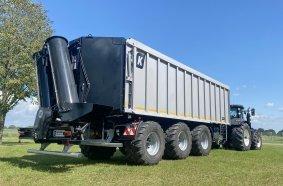 Die großdimensionierte Überladeschnecke ist am Fahrzeugheck montiert und wird  über einen Zapfwellendurchtrieb angetrieben.