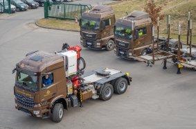 Zu je fünf der LOGO 14XL setzt Ziegler eine 6x6-Lademaschine mit DOLL Sattelkupplungsaufbau ein. Den Weitertransport übernehmen 4x2-Standardzugmaschinen.