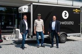 Ein Humbaur Anhänger-unterwegs mit dem Sternekoch Andi Schweiger Übergabe: A. Schweiger, Thomas Kretzschmar, Christian Dieminger