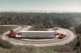 Für die Anforderungen der Windkraftindustrie optimiert: der neu entwickelte K25 L von SCHEURELE. Der modulare Plattformwagen ist die geeignete Lösung für den Transport von Ladungen mit hohem Schwerpunkt.