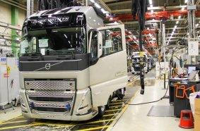 Die Serienproduktion der neue Generation von Schwerlast-Lkw von Volvo Trucks ist im CO2-neutralen Tuve-Werk in Göteborg, Schweden, angelaufen.