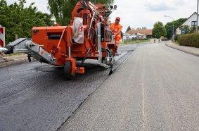 Sanierung der Ortsdurchfahrt in Mirow. Der Maschinist hat von seinem Fahrersitz aus einen guten Blick auf das Geschehen.