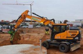 1.Der Hyundai HW180 auf der STRABAG-Baustelle des neuen Gewerbezentrums in Rodgau – hier bei Erdarbeiten an den Löschwasserzisternen.