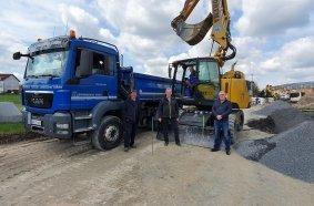 Matthias Greiner (links) und Thilo Köhler (im Bagger) freuen sich über eine wertvolle Investition und Martin Werthenbach (2. v. li.) und René Birkefeld (rechts) freuen sich über einen weiteren zufriedenen Kunden.