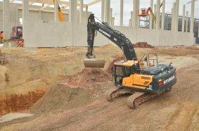 Der Hyundai HX220AL auf der Großbaustelle in Wilburgstetten. Eingesetzt wird das Mietgerät von Thannhauser Straßen- und Tiefbau bei Verfüllarbeiten auf der 90.000 m2 großen Baustelle von Deutschlands modernstem Sägewerk.  Bild: Hyundai/OBA