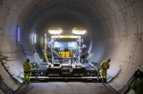 Prädestiniert für Tunnel-Einsätze: Der leistungsstarke und emissionsarme Vögele Fertiger SUPER 2100-3i konnte im Albvorlandtunnel seine Stärken ausspielen.