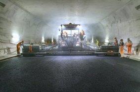Einbau im breitesten Tunnel der Schweiz: erfolgreiches Großprojekt mit der Maschinentechnik und der Prozessoptimierungslösung WITOS Paving Plus von Vögele