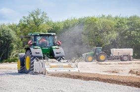 Mit Wirtgen Anbaustabilisierern wie dem WS 250 lässt sich ein Traktor schnell zum Bodenstabilisierer umrüsten und damit auch außerhalb der Erntesaison gewinnbringend nutzen.