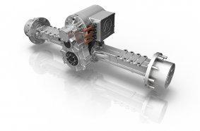 Das Kernstück des neuen eTRAC Antriebssystems für kompakte Baumaschinen von ZF: Der elektrische Zentralantrieb eCD20, im Direktanbau an ein zweistufiges Getriebe über der Hinterachse.