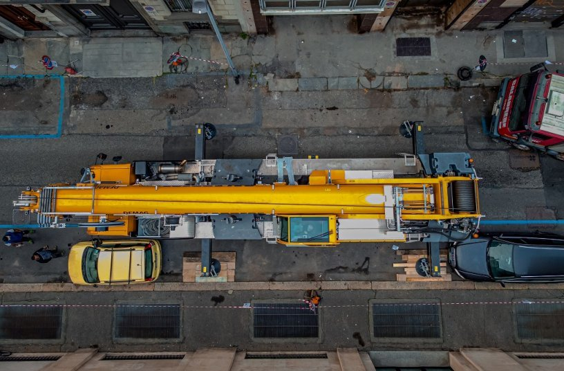 Auf engstem Raum: Demag® AC 160-5 hebt 7,2 Tonnen schweren Wärmetauscher in Turiner Innenstadt