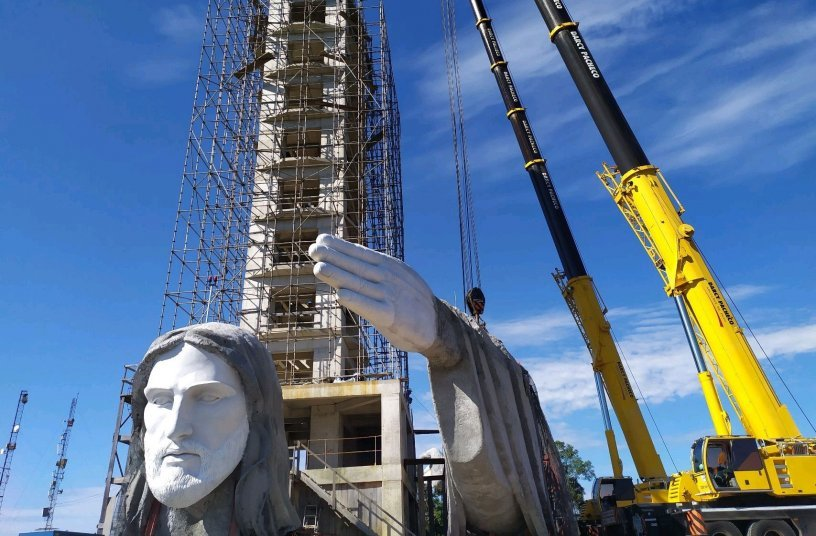 Darcy Pacheco montiert monumentale Christusstatue mit zwei Liebherr-Mobilkranen LTM 1220-5.2