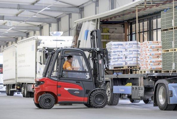 Anwender können die neuen Stapler der Baureihe Linde X20 – X35 im Traglastbereich von 2,0 bis 3,5 Tonnen auch bei Anforderungen einsetzen, bei denen herkömmliche Elektrostapler an ihre Leistungsgrenzen kamen. Dazu gehören unter anderem von den Fahrzeugen zu bewältigende Steigungen.
