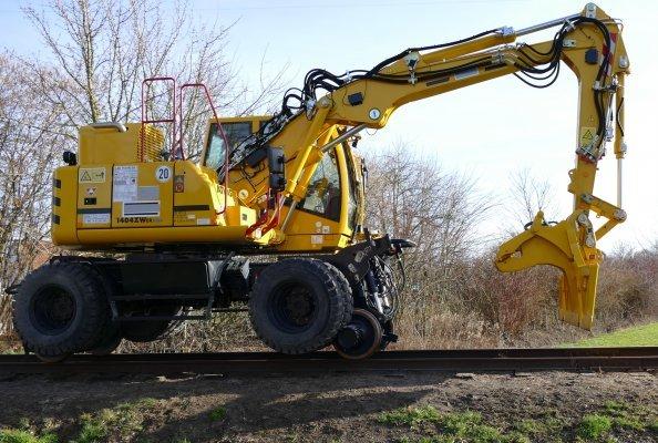 Der neue ATLAS 1404 ZW Zweiwegebagger. Hier auf einer Schmalspurstrecke mit Reibradantrieb im Einsatz.