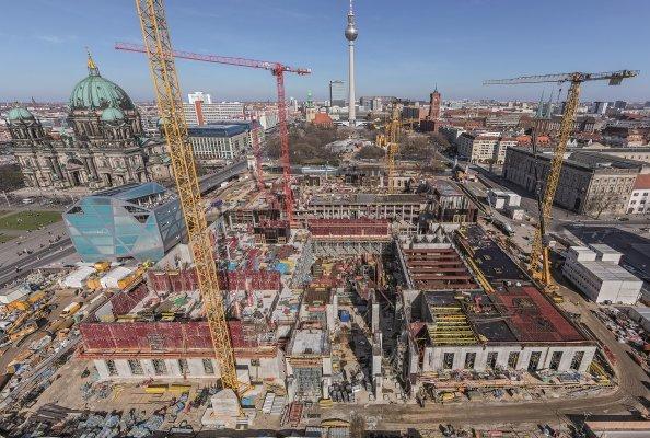 PERI lieferte zum Wiederaufbau des Berliner Stadtschlosses wirtschaftliche Schalungs- und Gerüstlösungen aus einer Hand. Neben kurzen Schal- und Umsetzzeiten sorgte insbesondere die baubegleitende Projektunterstützung durch die PERI Ingenieure dafür, dass der straffe Bauzeitenplan eingehalten werden konnte. (Foto: PERI GmbH)