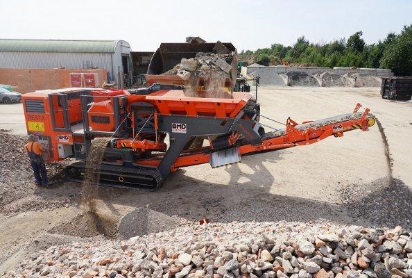Das Hauptförderband des RESTA-Backenbrechers CH1 kann in beide Längsrichtungen eingebaut werden – klassisch nach vorne oder wie hier als Recyclingausführung.
