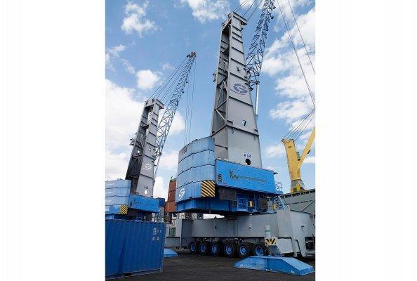 Existierende Konecranes Gottwald Hafenmobilkrane beim Containerumschlag im Hafen von Kingston, Jamaika