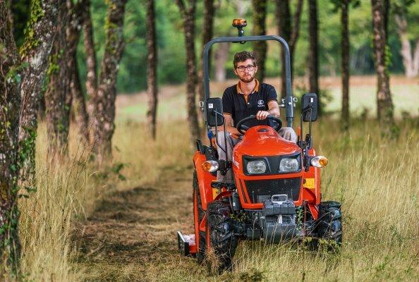 Bei der neuen Serie EK1 handelt es sich um einen Co-Brand-Traktor, der in Zusammenarbeit mit dem indischen Traktorenhersteller Escorts Limited auf den Markt gebracht wird.
